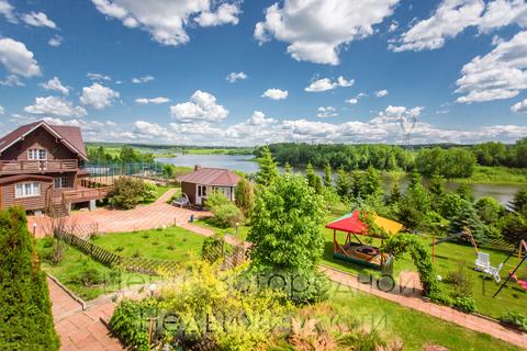 панорама усадьбы с террасы дома хозяев в сторону гостевого дома, беседки барбекю, пруда, живого уголка, теплиц,баскетбольной площадки